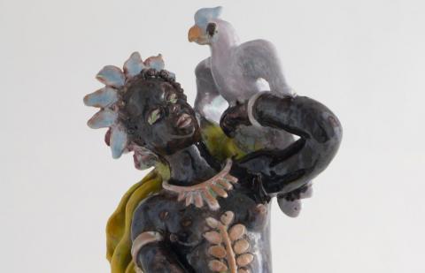 Statue de femme noire portant un cacatoes (détail), photo L. Gauthier