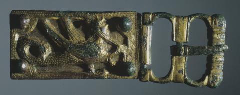 Boucle de ceinture décorée d'un griffon. Moyen Âge. Or et bronze. Photo J. Gilson, mairie de bordeaux