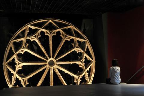 La Rosace du couvent des Grands Carmes de Bordeaux, deuxième moitié du XIVe siècle. Photo L. Gauthier, mise en lumière D. Molas, mairie de Bordeaux