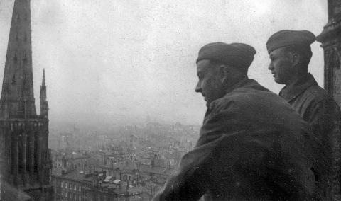 Soldats américains au sommet de la tour Pey Berland, à Bordeaux. Coll. F. Tronche