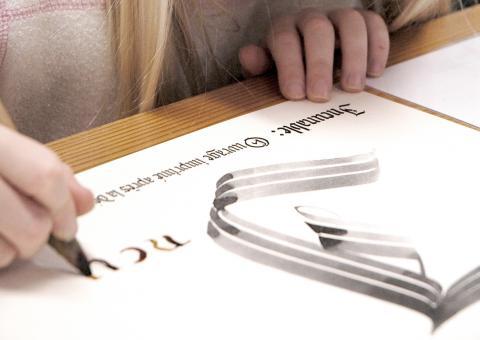 Atelier calligraphie au musée d'Aquitaine, photo Lysiane Gauthier, mairie de Bordeaux