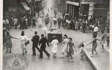 Liesse populaire autour d'un autodafé, rue Ste Catherine,28 août 1944, Archives Municipales de Bordeaux