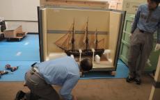 Bateau du musée dans une caisse de transport