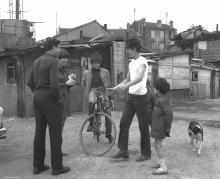 Jeunes Portugais à Aubervilliers, 1965, (c) Gérald Bloncourt
